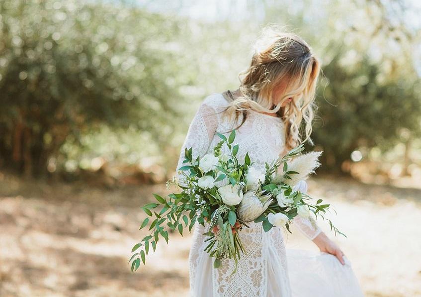 Molto boho chic questo bouquet dalla forma quasi orizzontale e molto casual - Green Wedding Shoes