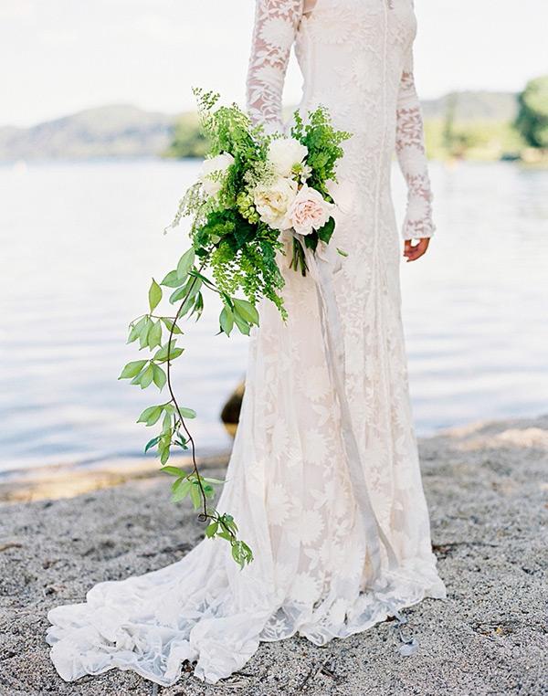 Il verde ornamentale del bouquet crea una bellissima coda leggera e romantica - onefabday.com