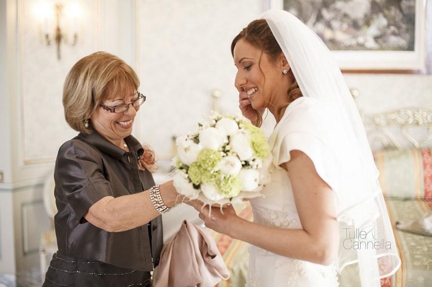 La madre di Fabrizio consegna, emozionata, il bouquet ad Enza - tullecannella.it