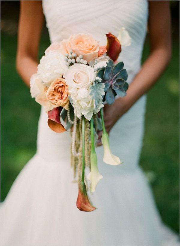 Al bouquet tondeggiante con rose e succulente, sono state aggiunte bellissime calle pendenti. E il bouquet acquista un'allure molto glamour - weddingchicks.com