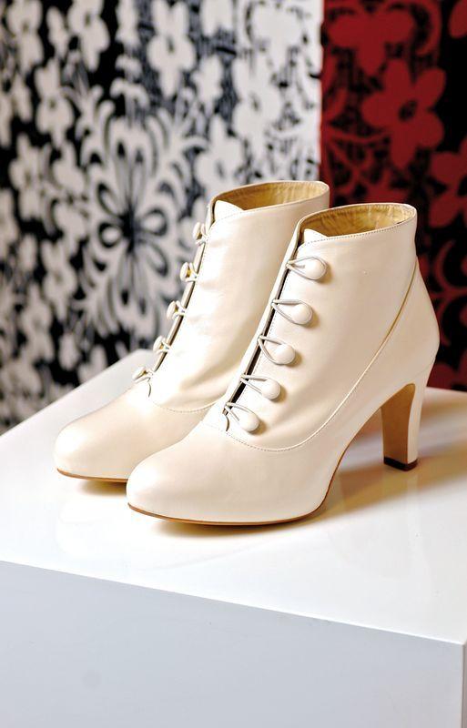 Stivaletti bianchi con tacco a rocchetto e sarete perfette Mary Poppins - cinderella-brautmode.de
