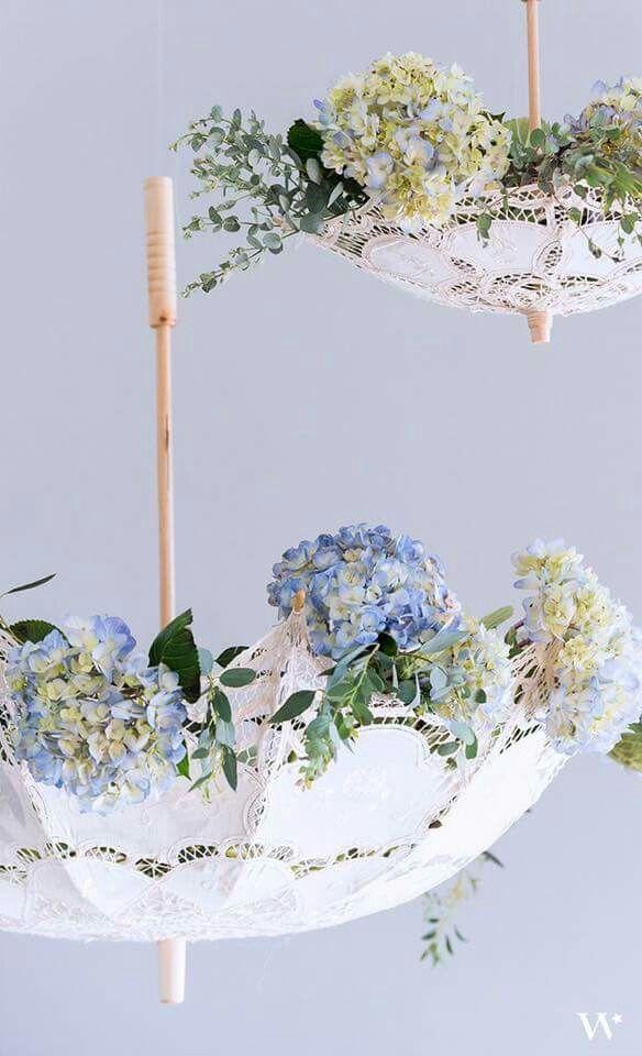 L'idea in più? Utilizzare i parasole a testa in giù, ricolmi di fiori colorati - sweetheartdetails.com
