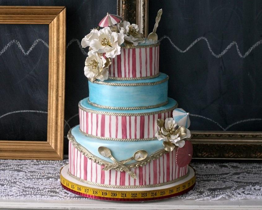 In puro stile Belle Epoque questa torta con strisce, fregi e cucchiaini d'argento -thecaketress.ca