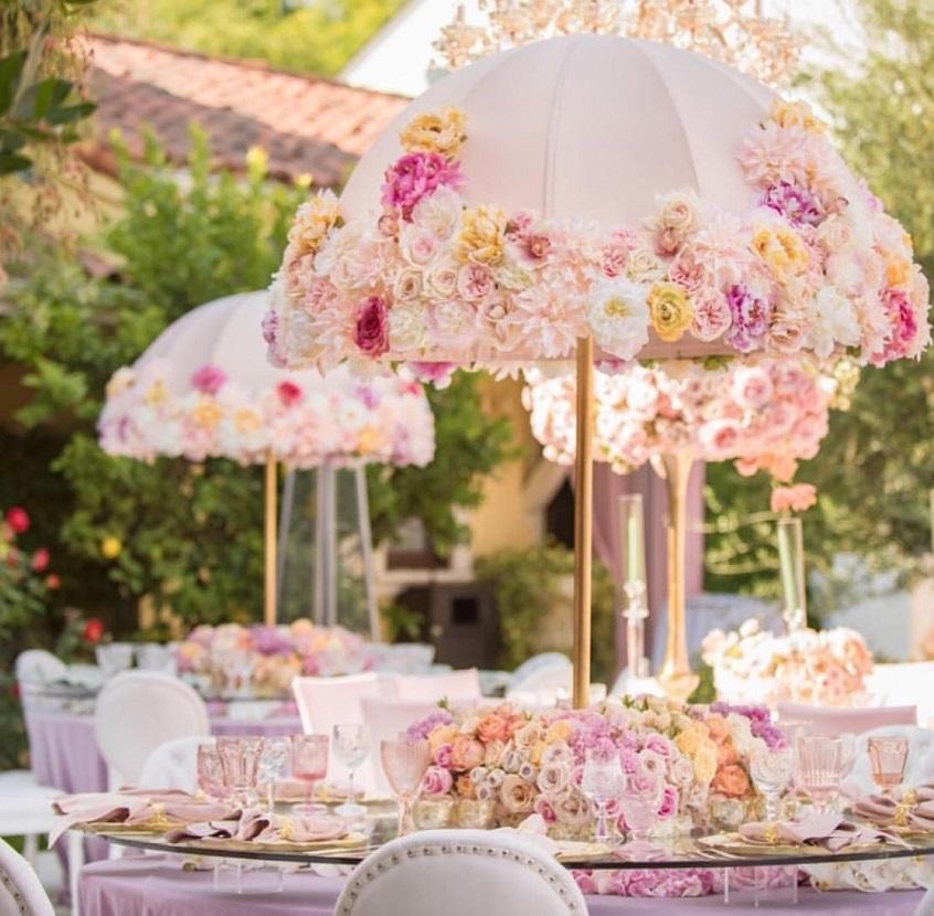 Molto scenografico questo allestimento con grandi ombrelli floreali - jdconwell.com