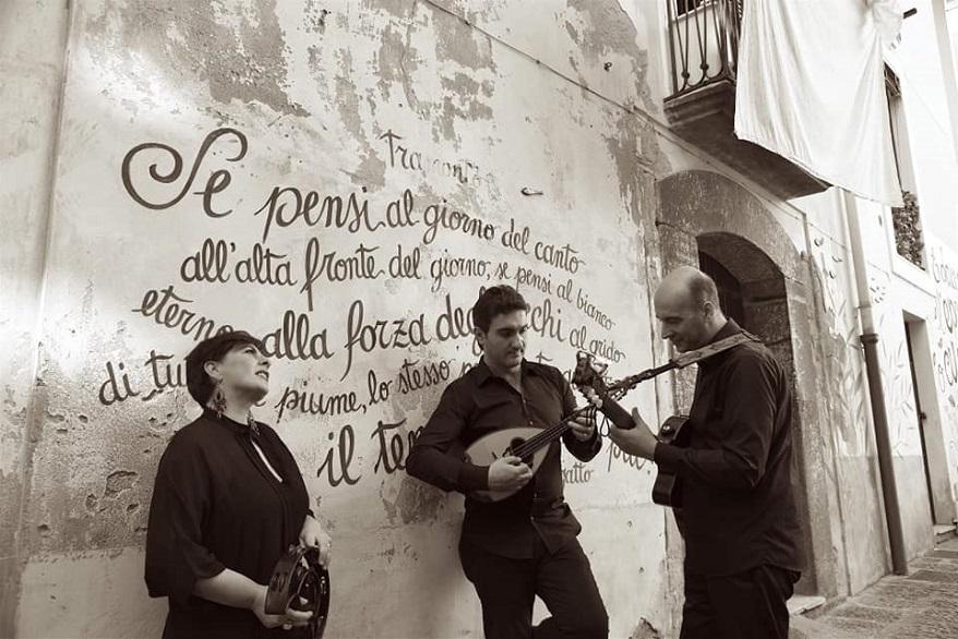 Gli sttumenti classici della tradizione napoletana sono ideali per una serenata romantica - ilmondodisuk.com