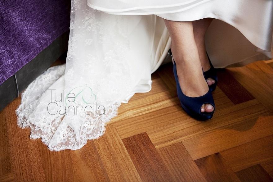 Claudia, sposa fashion e unconventional, scelse un meraviglioso abito in pizzo Chantilly e scarpe blu firmate Stuart Weitzman - Tulle & Cannella
