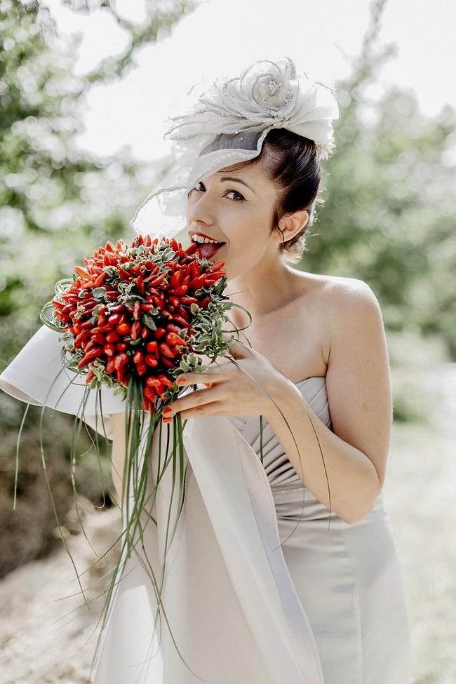 Bello, passionale e super scaramantico il bouquet con i peperoncini rossi! - rocknrollbride.com