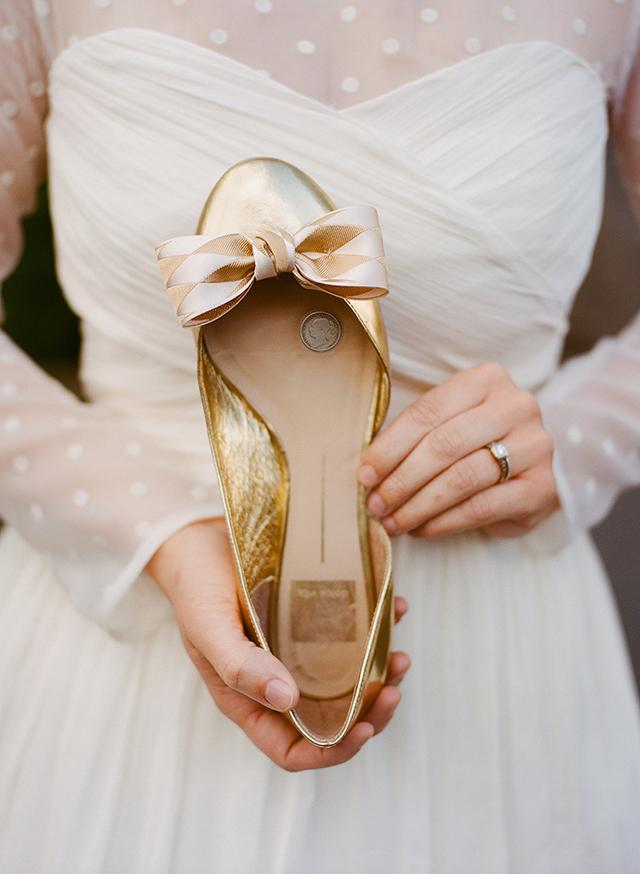 Come da tradizione inglese questa sposa si è fatta cucire nella suola una moneta - snippetandink.com