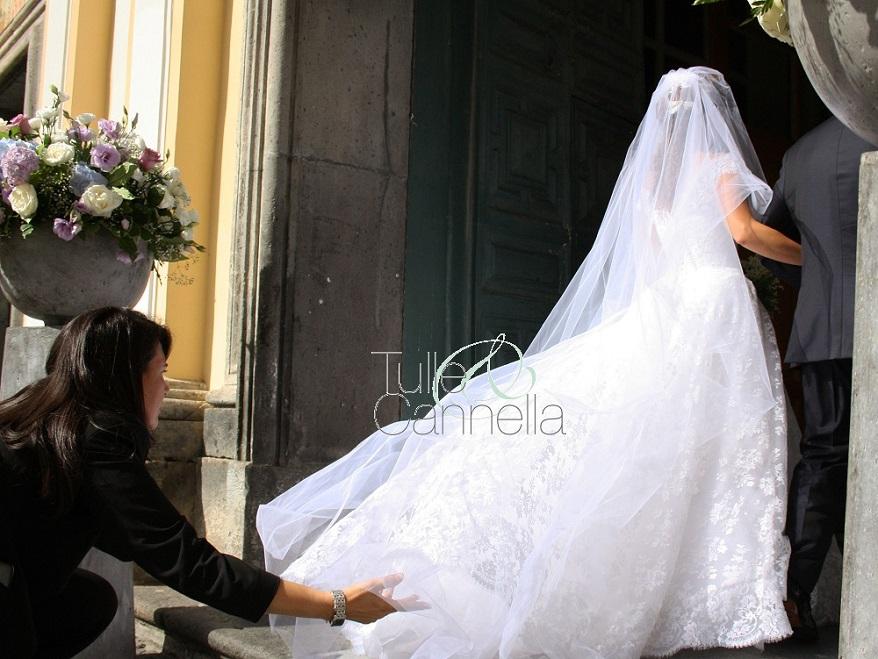 Eccomi intenta a sistemare il velo a Michela prima dell'ingresso lungo la navata - tullecannella.it