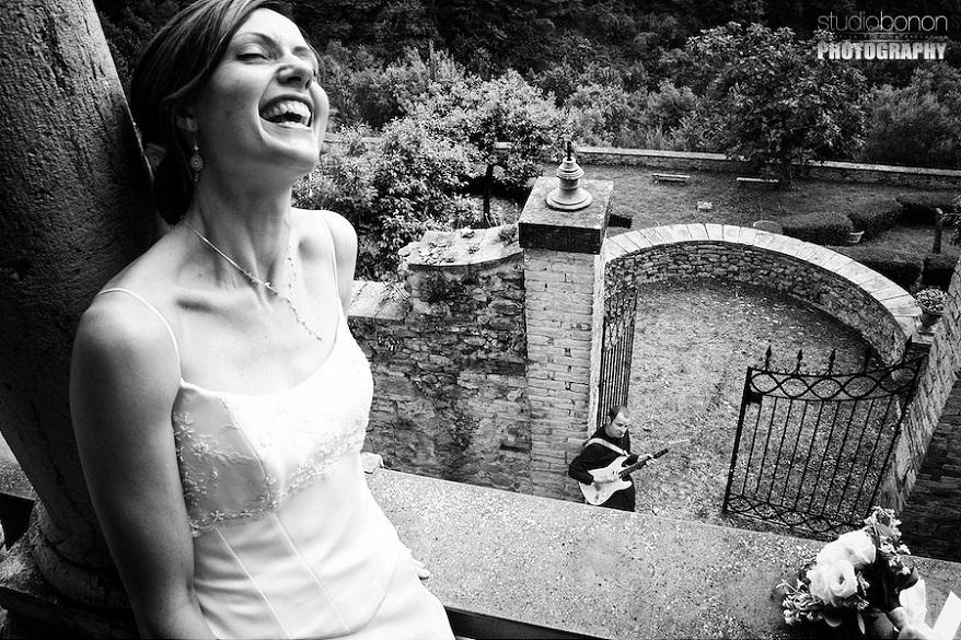Un bellissimo scatto dove lo sposo fa una romantica serenata alla neo sposa - -studiobonon.it
