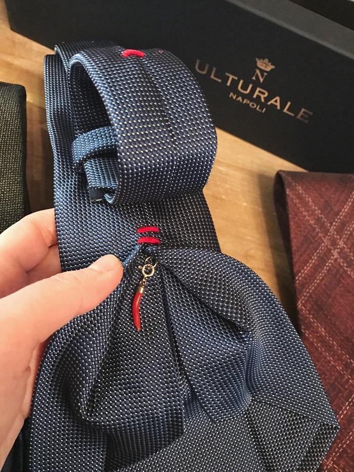 Ulturale crea cravatte sartoriali corredate di piccolo corno napoletano portafortuna. Ideali per gli sposi più scaramantici