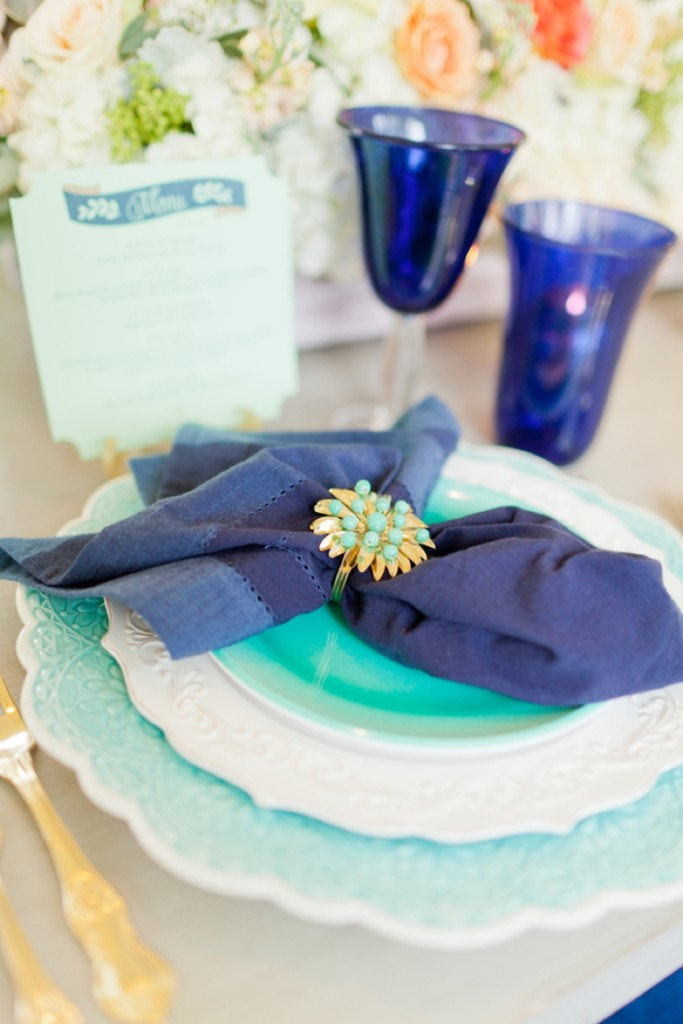 Allestimento frizzante che ricorda le feste messicane e che abbina il verde menta con un bellissimo blu cobalto - theeverylastdetail.com