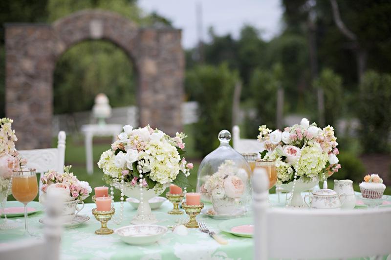 I colori del ricevimento di nozze diventano romantici e luminosi grazie all'unione di verde menta e living coral - weddingflair.co.za
