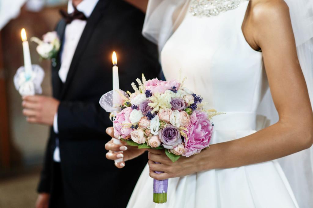 Un'altra idea può essere quella di avvicinarsi al tavolo dell'officiante reggendo ognuno una candela già accesa - debbiehahn.com