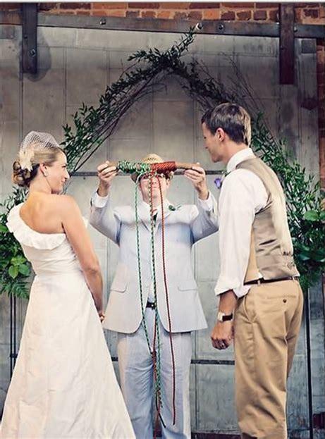 Gli sposi sono pronti per intrecciare le corde che simboleggiano se stessi e Dio - dogmaticblog