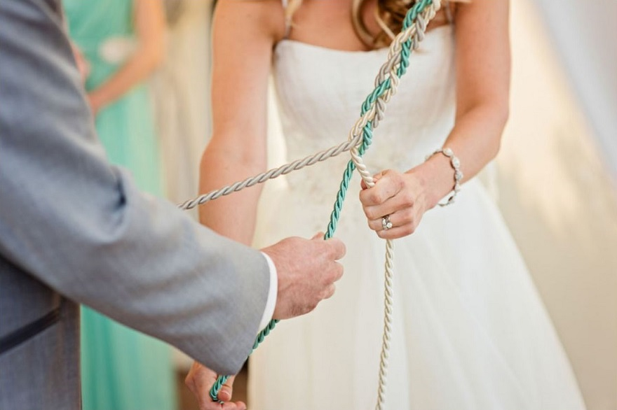 La corda che simboleggia Dio deve essere sempre bianca oppure color oro, le altre potrete sceglierle a piacere - storyboardwedding.com