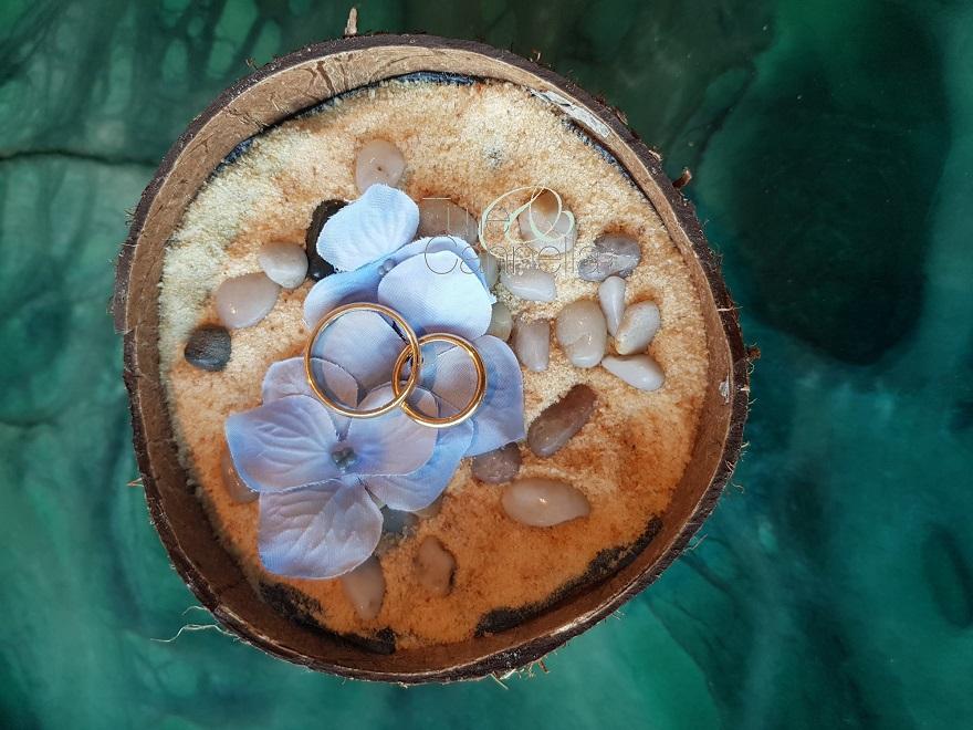 Portafedi realizzato con una noce di cocco, ideale per un matrimonio in riva al mare - Cliccate sulla foto per entrare nel mio negozio Etsy