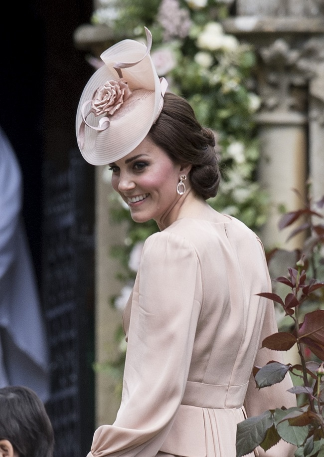 Al Matrimonio della sorella Pippa, Kate Middleton, che acocmpagnava il corteo di paggetti e damine, indosso un completo color cipria con un bellissimo fascinator abbinato