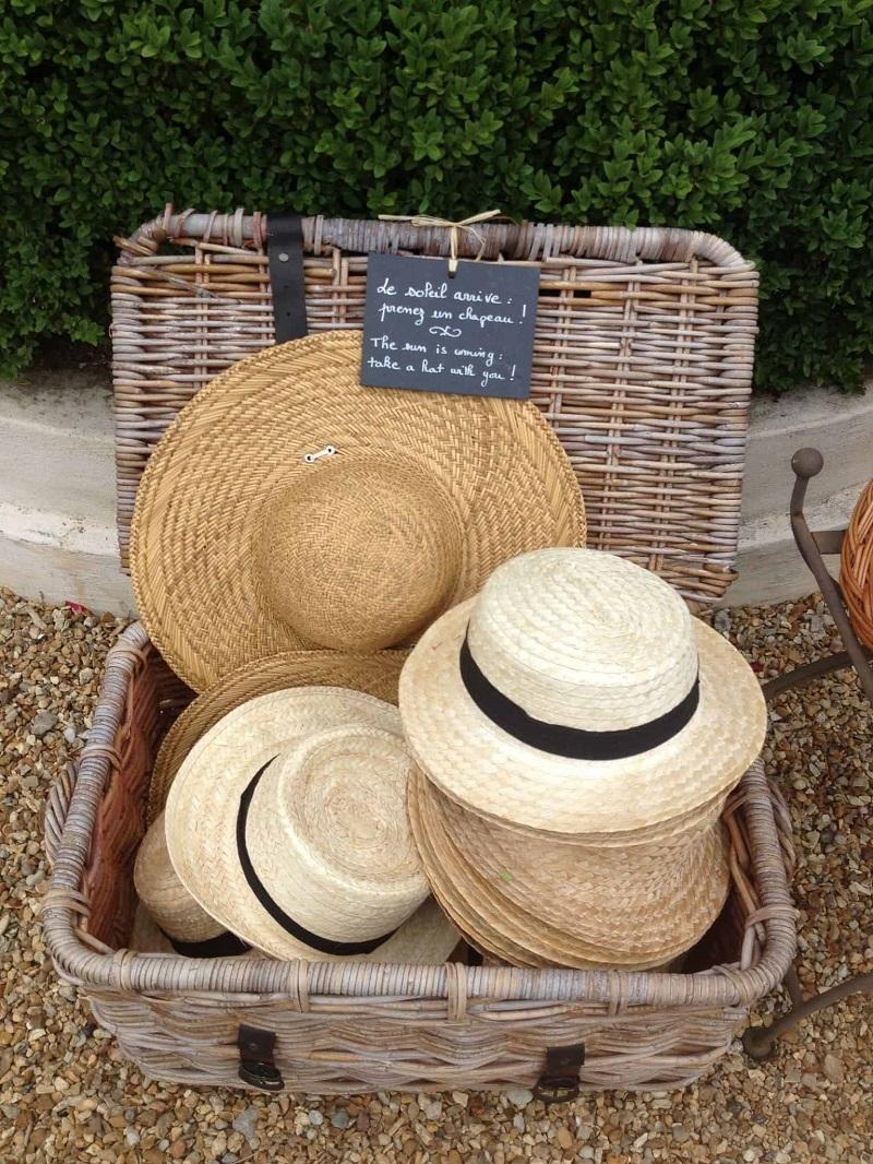 L'idea in più per un matrimonio estivo: regalare agli invitati un cappello di paglia - savethedeco.com